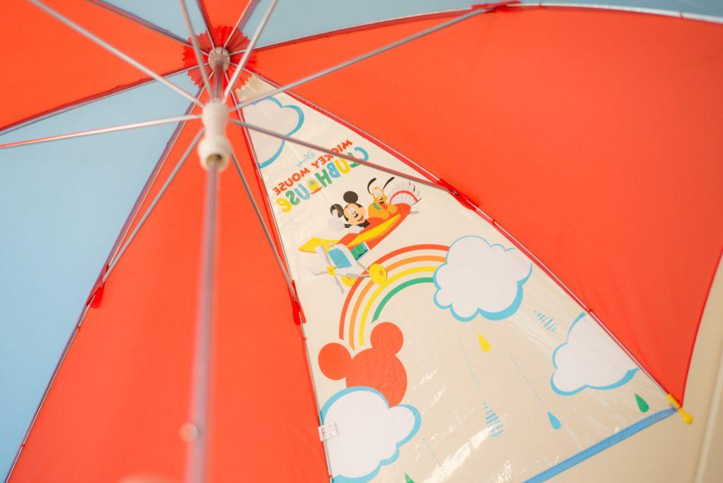 子供用の傘、一面だけ透明