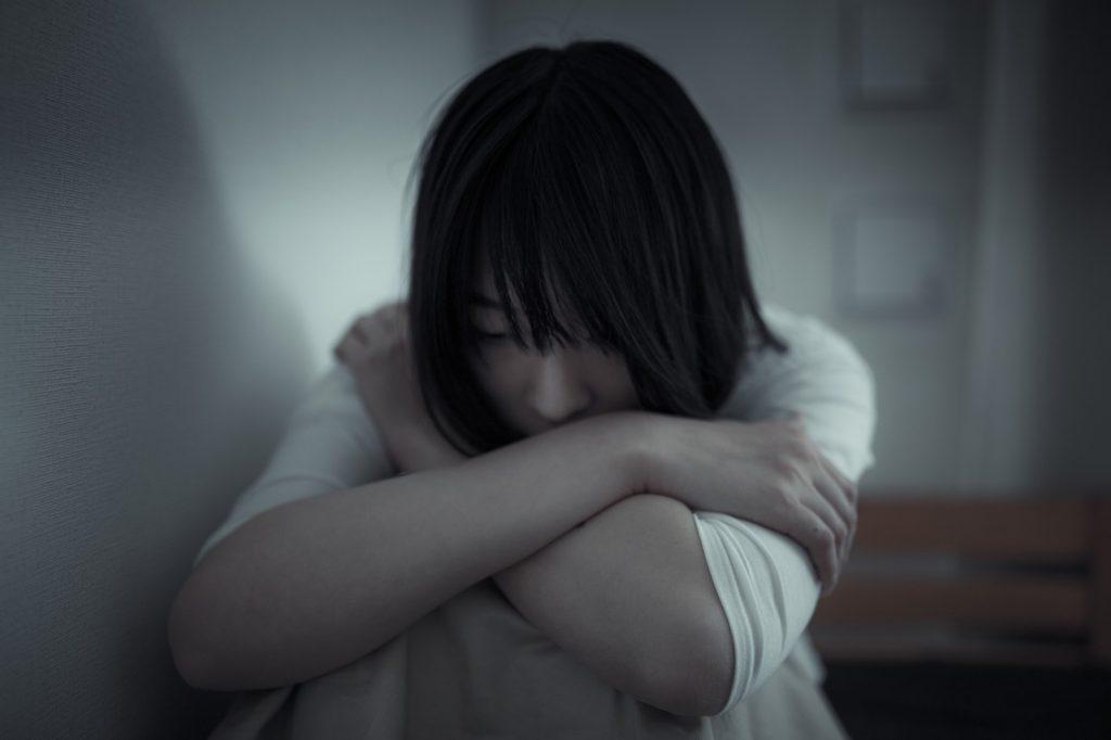 苦悩する女性