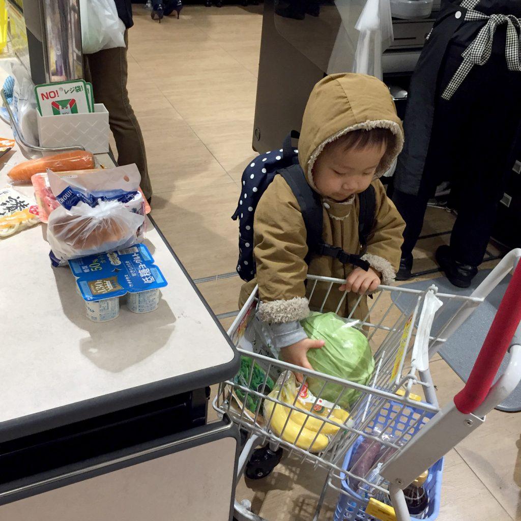 スーパーマーケットでお買い物をする2歳の息子
