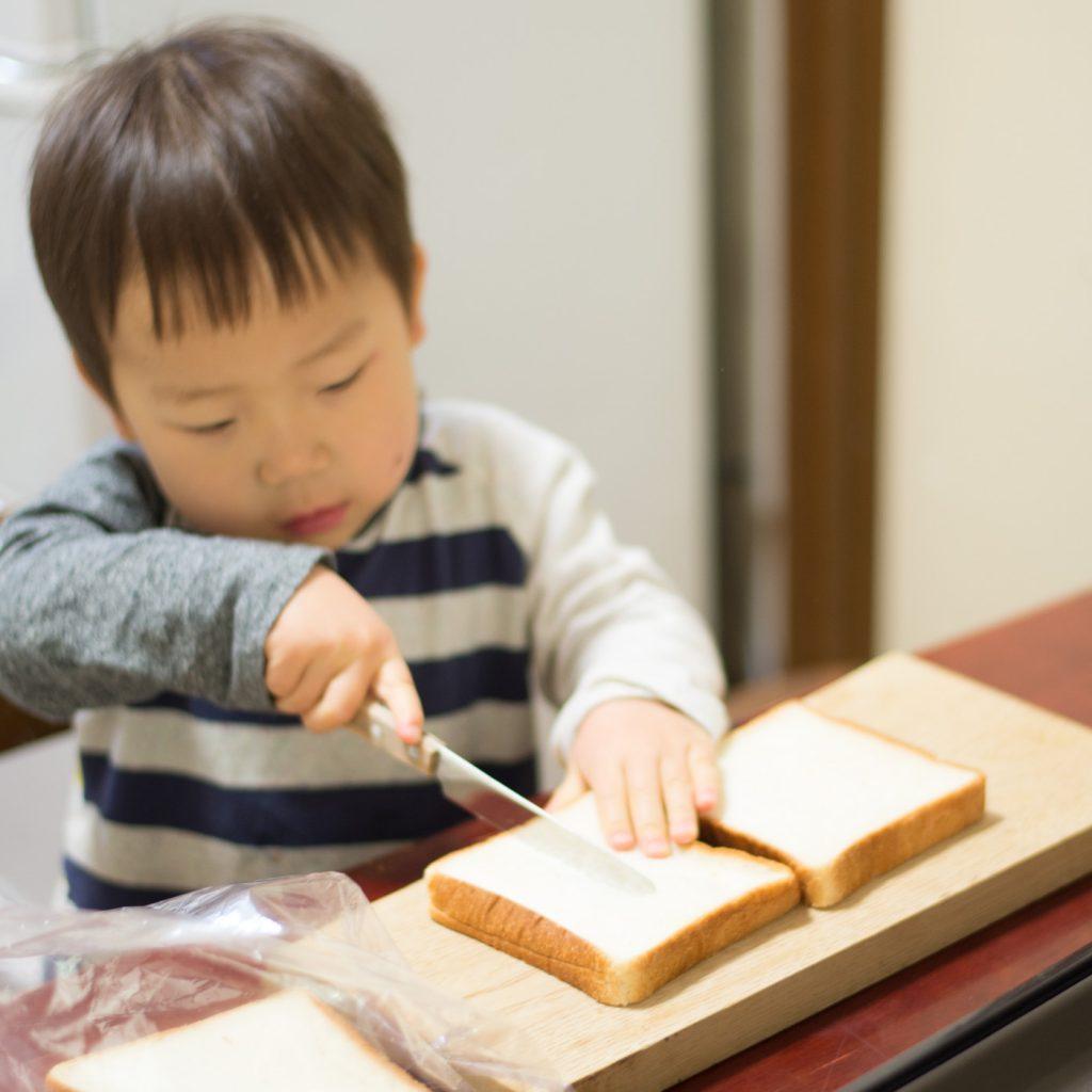 2歳の料理「フレンチトースト」ナイフでパンを切ります
