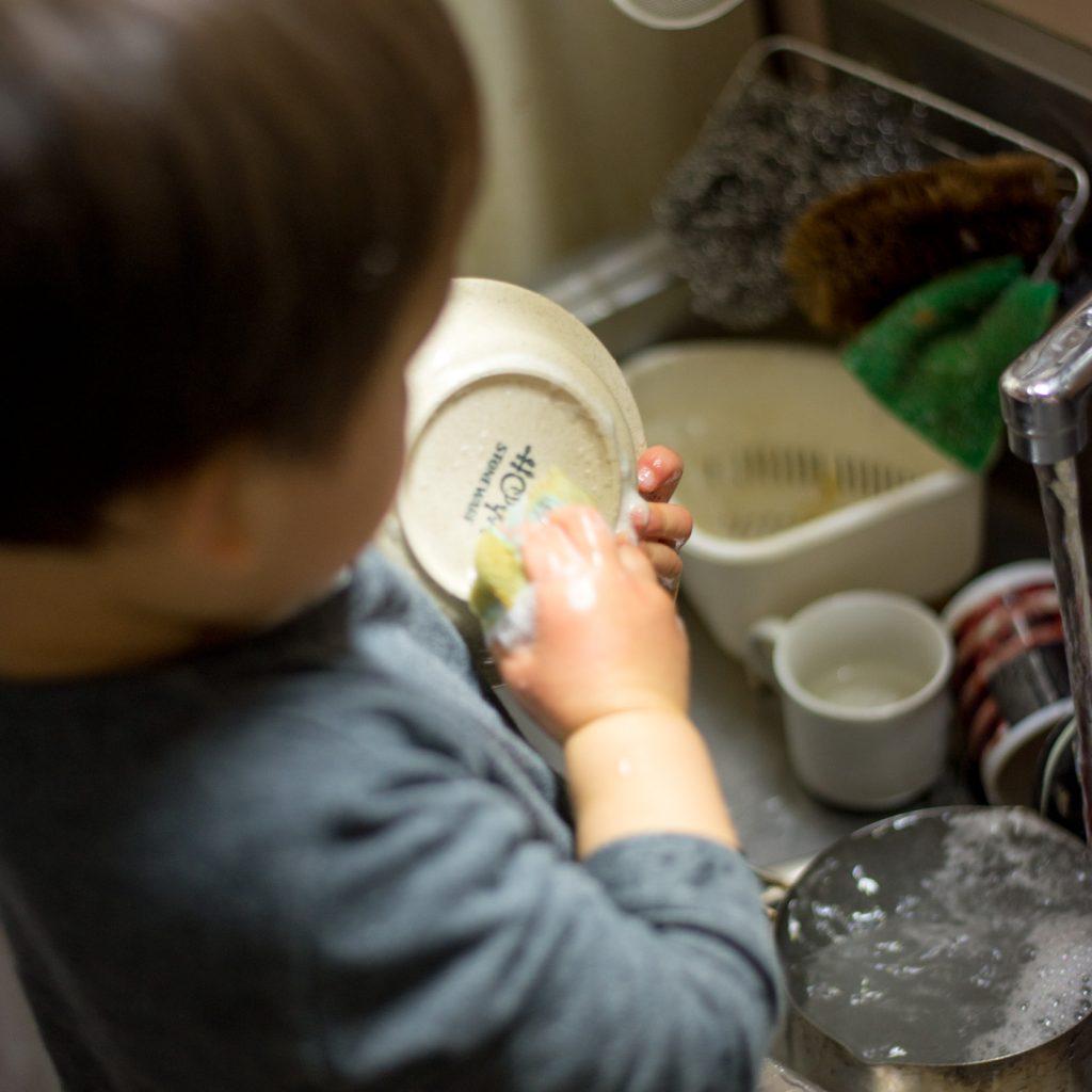 お皿を洗ってます