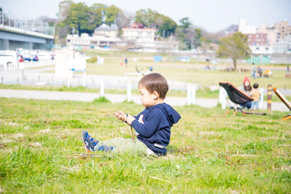 芝に座る子供