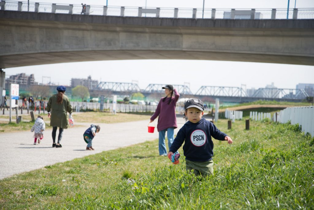 多摩川の河川敷 草むらを歩く子供