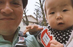 2年前の息子(0歳)。保育園入園式で名札を持っているようす