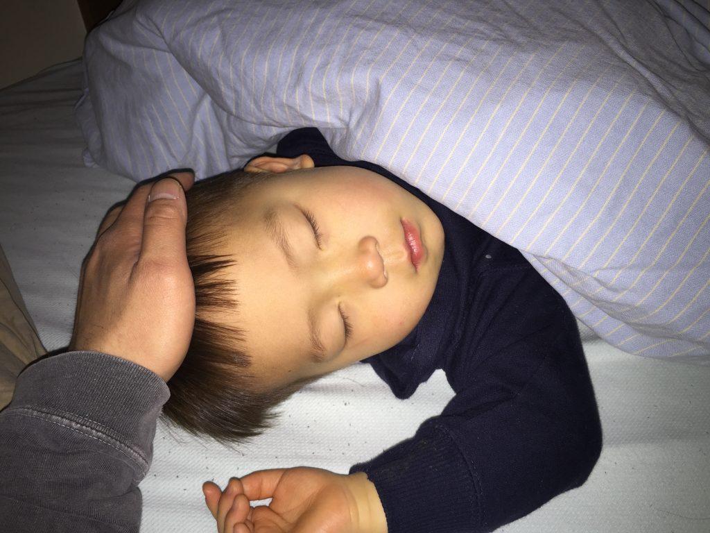 ベッドで眠る子供