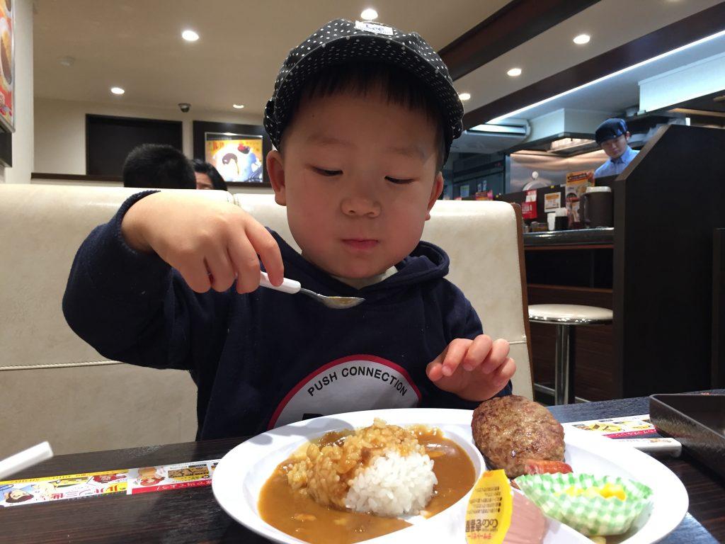 パクッと食べる。カレーハウスCoCo壱番屋で、お子さまカレー。