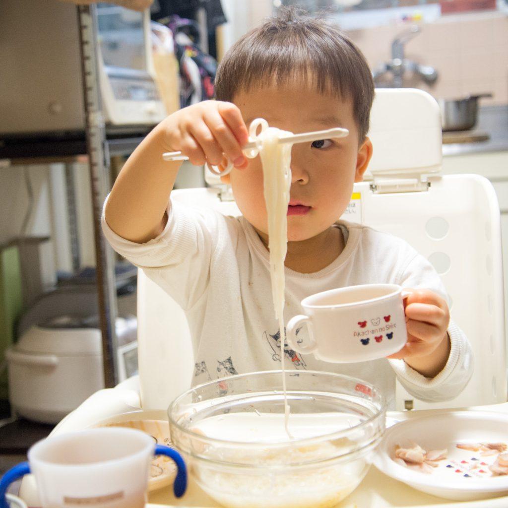 冷やし素麺を食べる3歳の息子