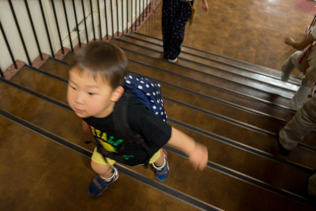 東京タワーの階段を登る子供(3歳)