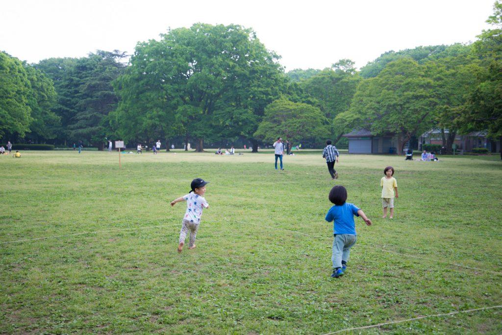 芝部で駆ける子供達 - 東京都立砧公園(世田谷区)