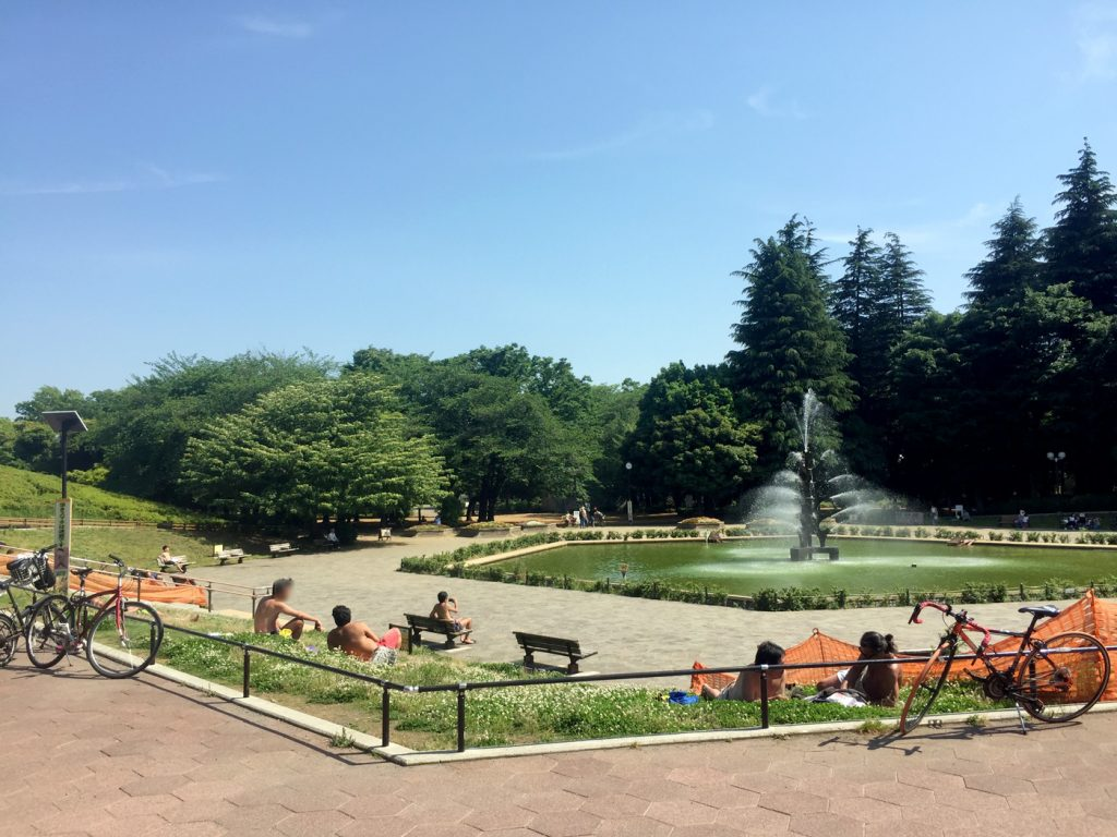 平日の世田谷公園、噴水の周りで半裸体で日焼けする男性集団
