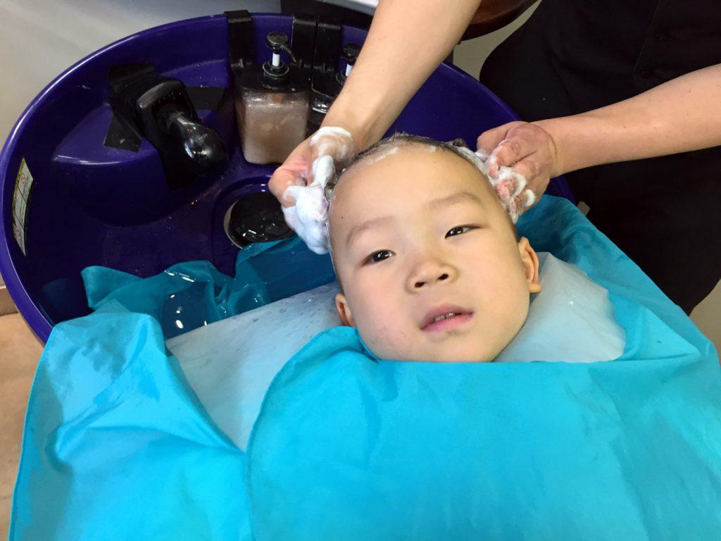 洗髪中の鼓太郎、3歳1ヶ月(祐天寺・大東京にて)