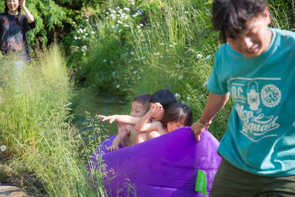 ビニールボートに乗って、川くだり出発!