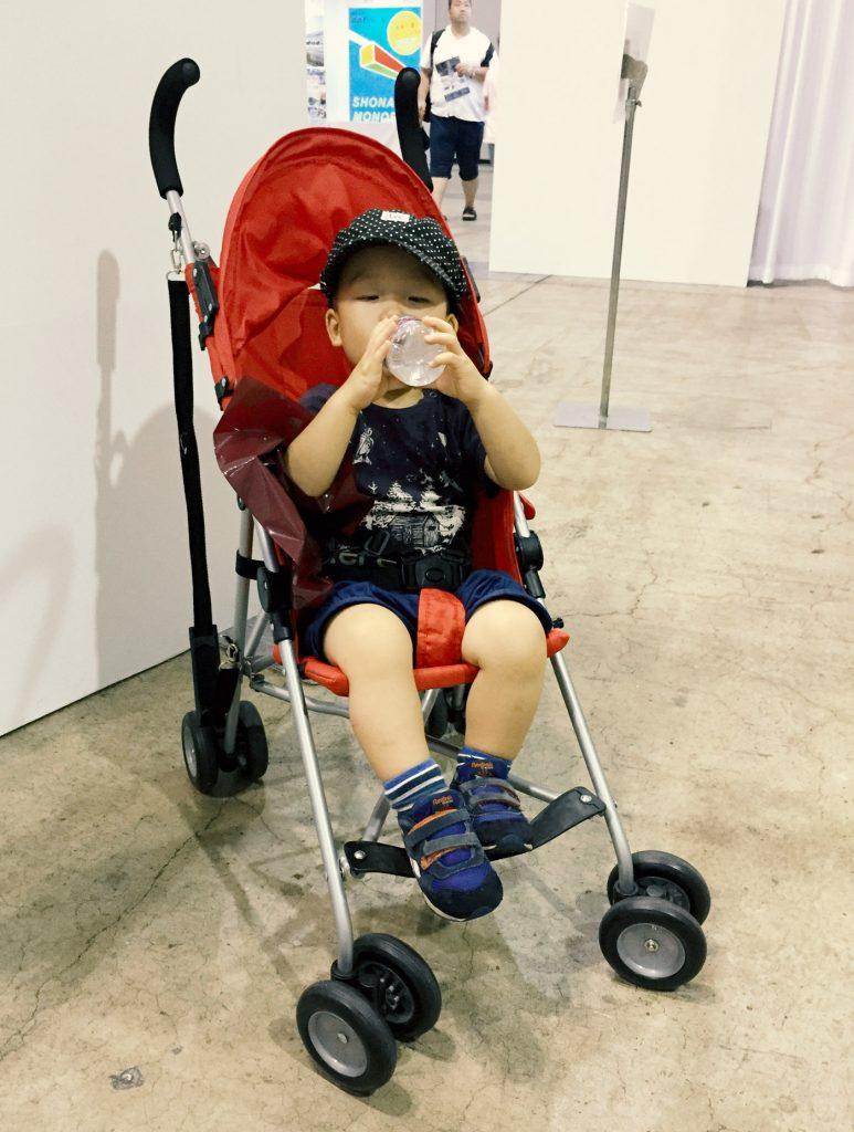 クールキッズに座っている鼓太郎(2歳)