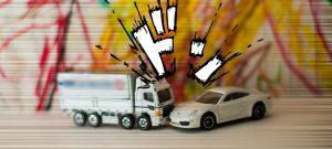 トラックと自家用車が正面衝突。炎上!