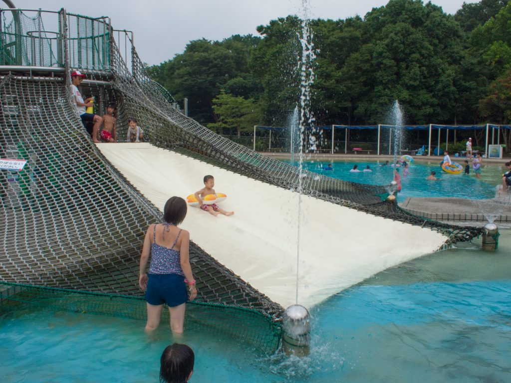 3歳も滑られる冒険プールの滑り台(昭和記念公園レインボープール)