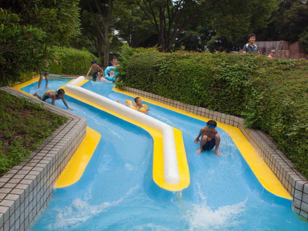 小さいながらも楽しい子供用プールのすべり台(昭和記念公園レインボープール)