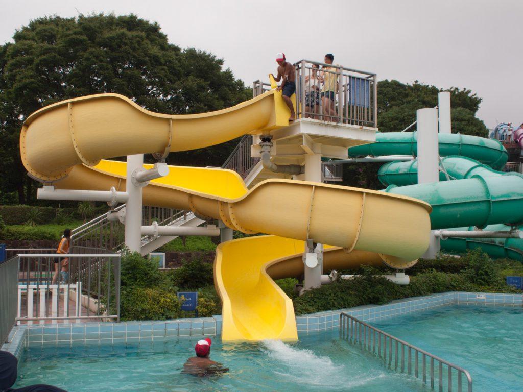 身長制限のない3歳でもできるスライダー(昭和記念公園レインボープール)