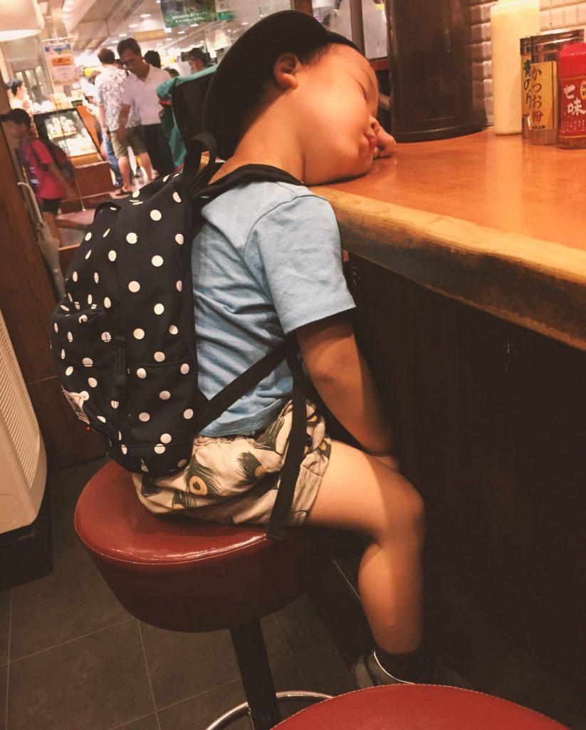 JR立川駅構内にある長田本庄軒で眠る息子(3歳)
