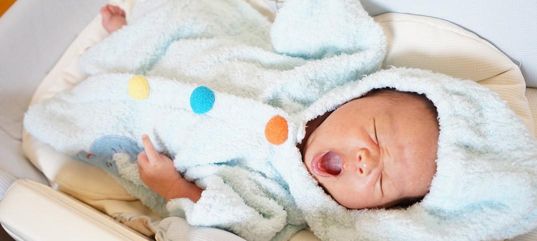 新生児。生まれたばかりの赤ちゃん、名前は何にしようかな