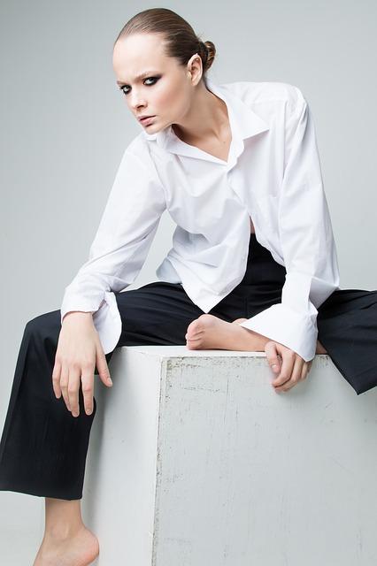 シンプルな白シャツを上品に着こなす女性