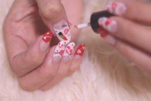ネイルアートをする女性の爪