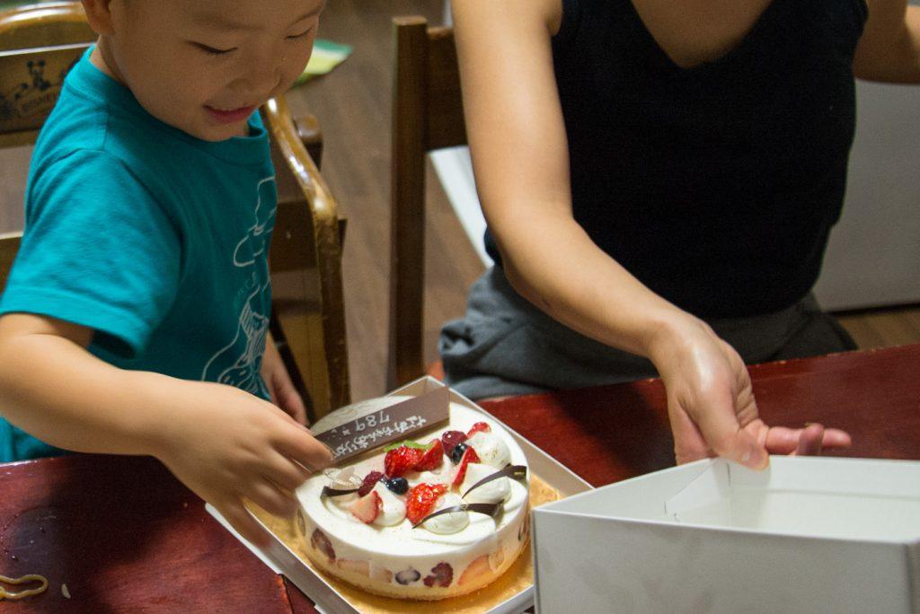 結婚7年8ヶ月9日記念日のケーキの箱を開ける3歳の息子