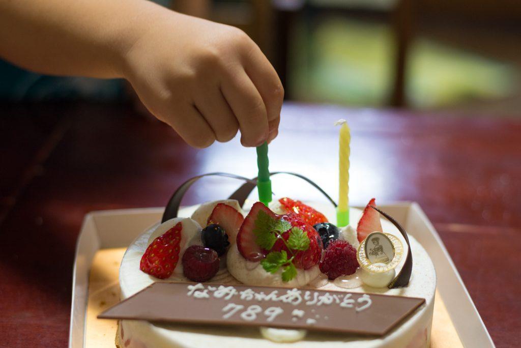 結婚7年8ヶ月9日記念日のケーキにろうそくを立てる息子