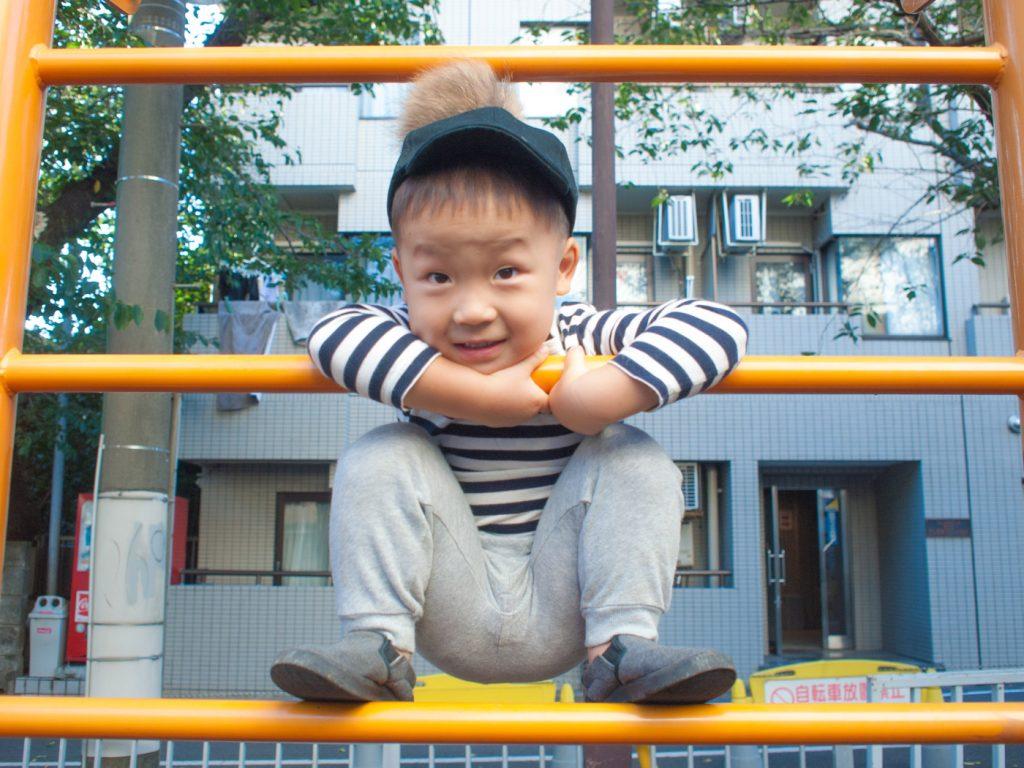 公園の遊具で遊ぶ息子