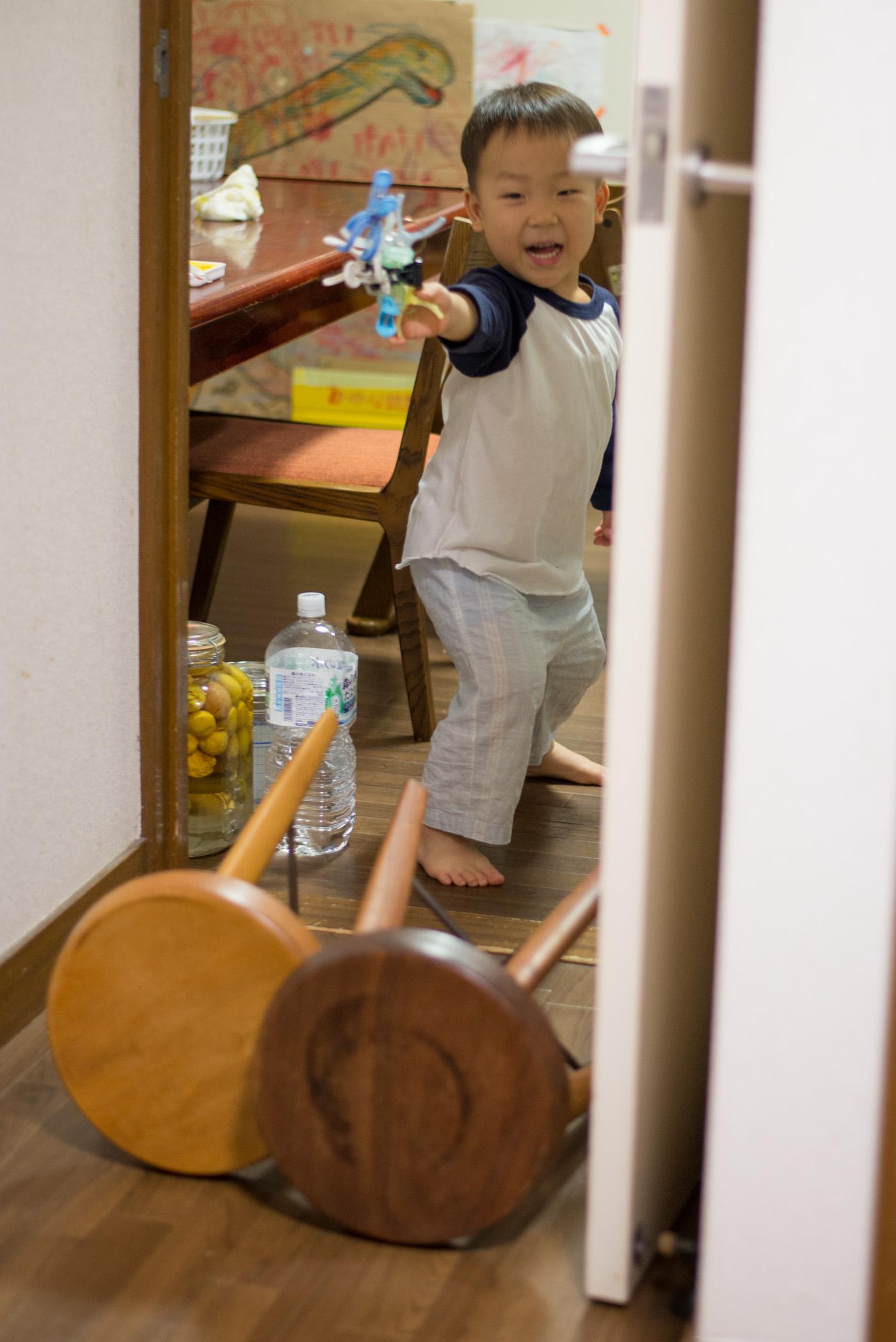洗濯バサミで作った銃でパパに発砲する3歳の息子