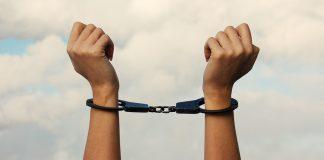 手錠をかけられた女性の手