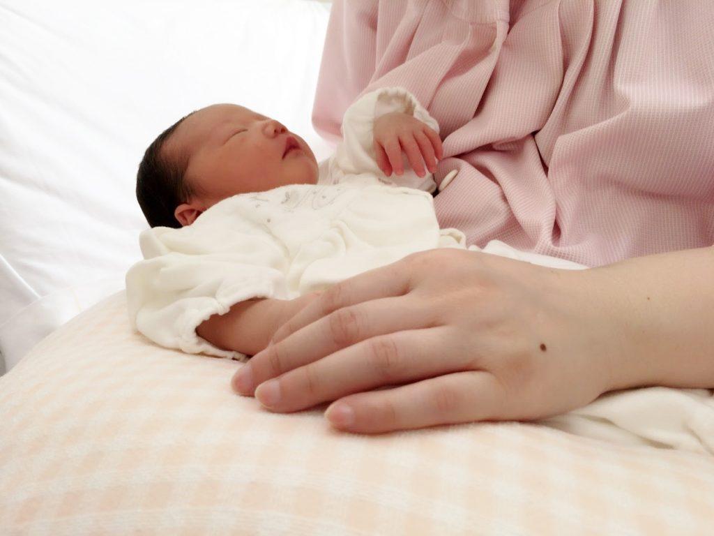 新生児をだく母親
