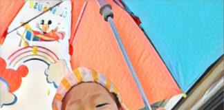 雨の日、傘をさして、3歳の息子がパパと肩ぐるま。