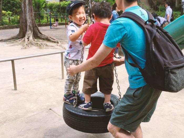 パパ友と公園で遊んでいる