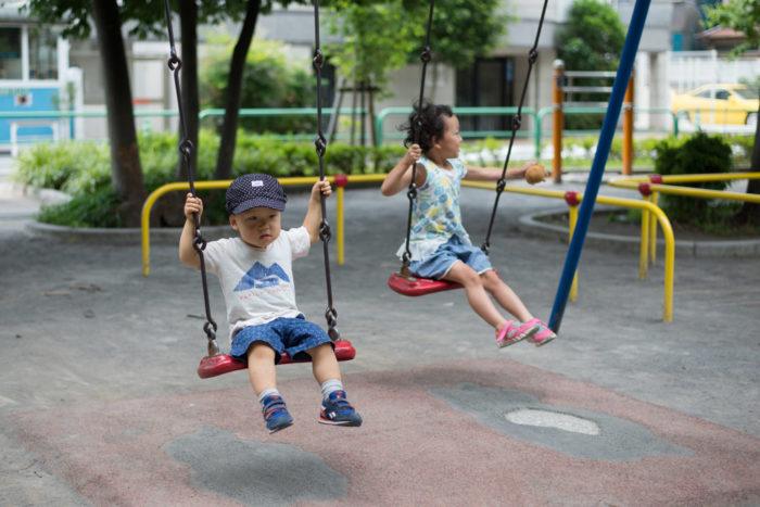 子供が公園でブランコ