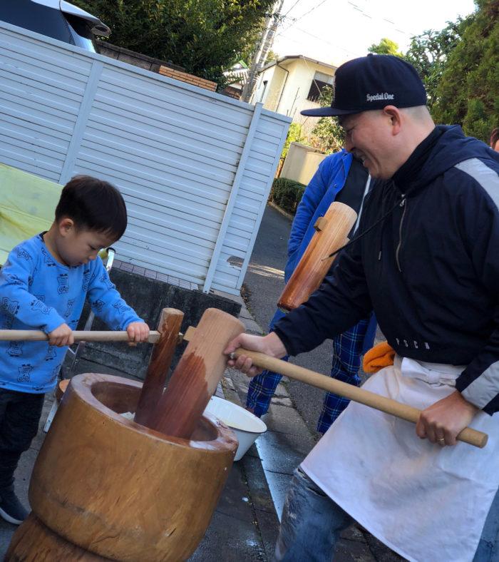 木臼と杵で餅をつく