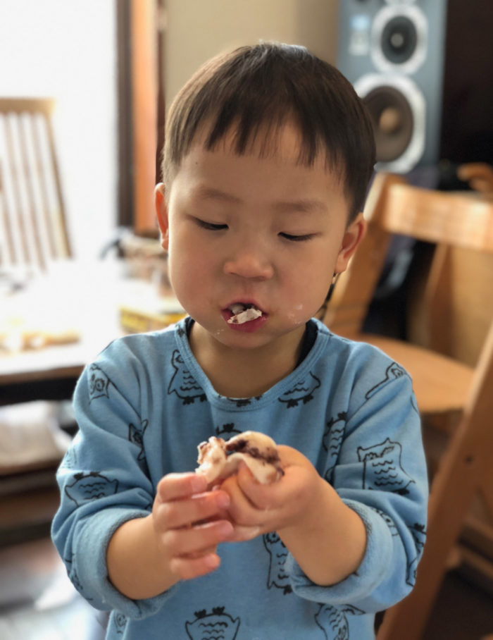 3歳の息子が、あんころ餅をぱくぱく