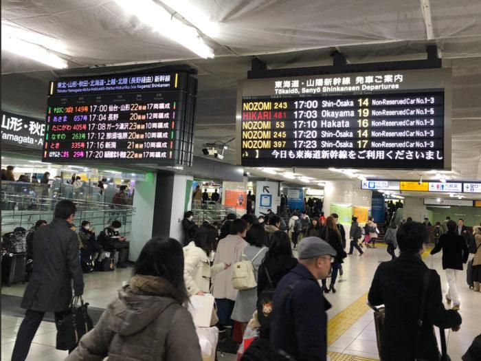 東京駅構内、大晦日でごった返している