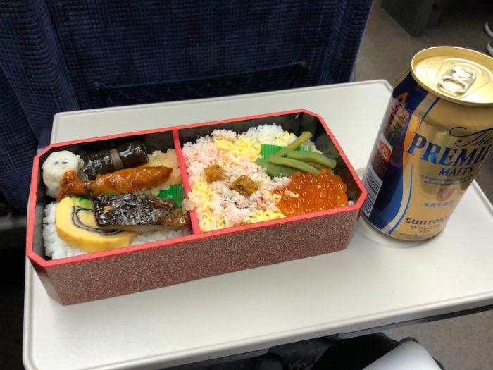 新幹線の中でたべる駅弁とビール