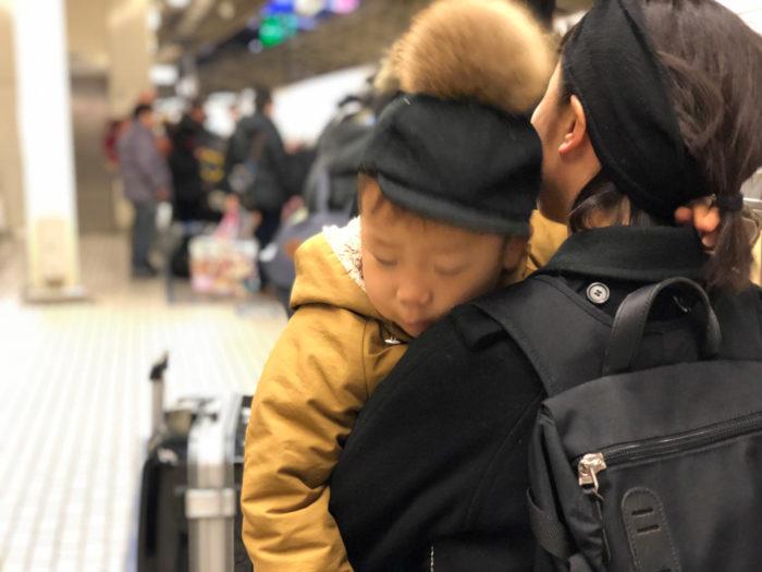 新幹線を待つあいだ、ママに抱かれて寝てしまった息子(3歳)