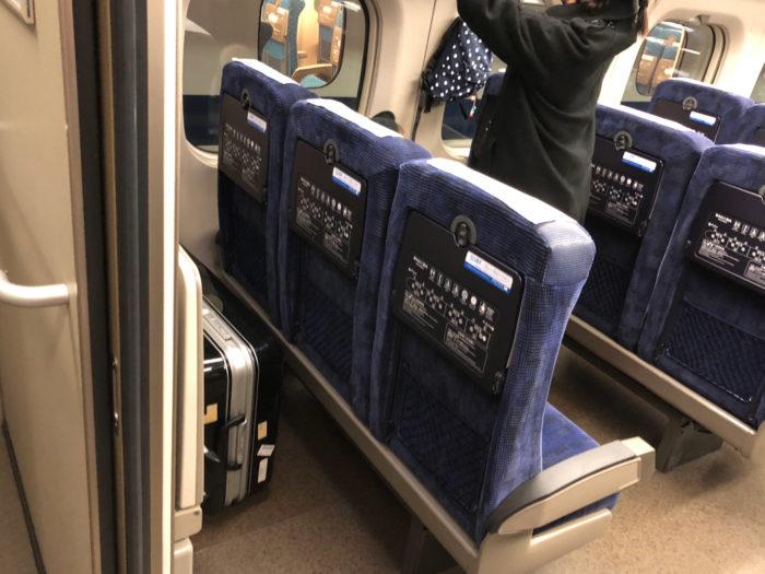 新幹線の各車両最後部座席は、後ろにスペースがありトランクが置ける