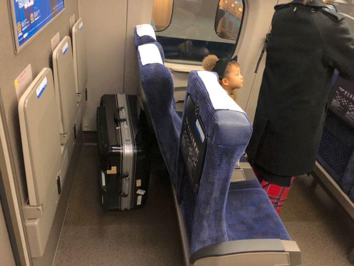 新幹線の最後部座席の後ろは広々。大きなトランクも余裕で置けます。