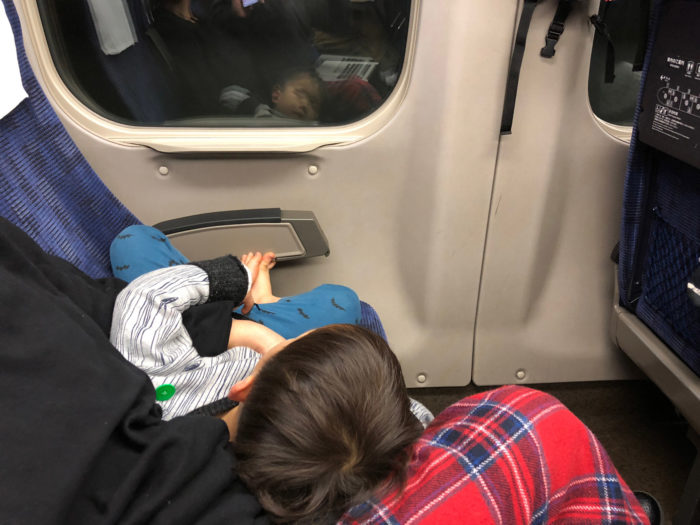 新幹線の座席で寝ている息子(3歳)
