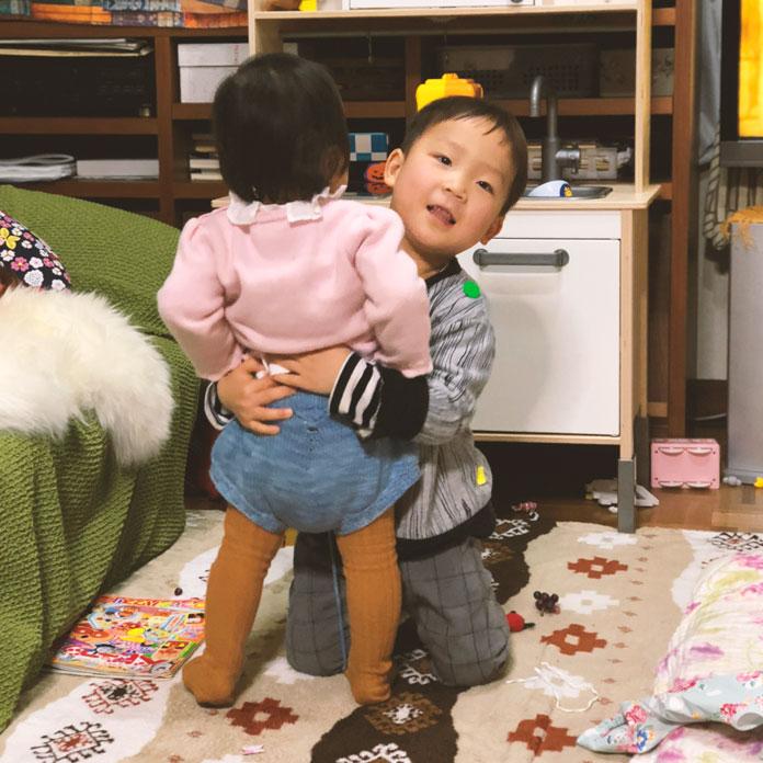 1歳の女の子と3歳の男の子が遊んでいる