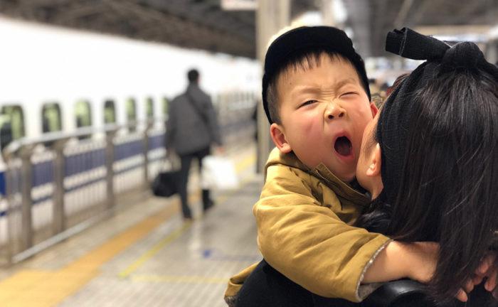 大晦日の新幹線 あくびをする息子