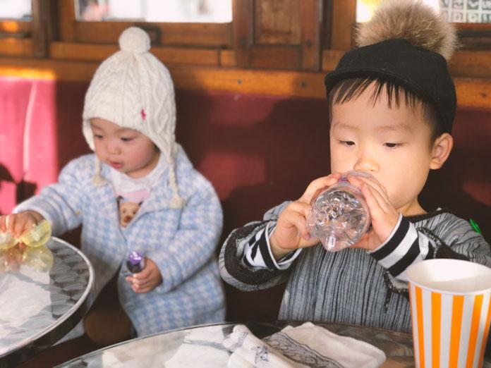 市電カフェでくつろぐ子供達