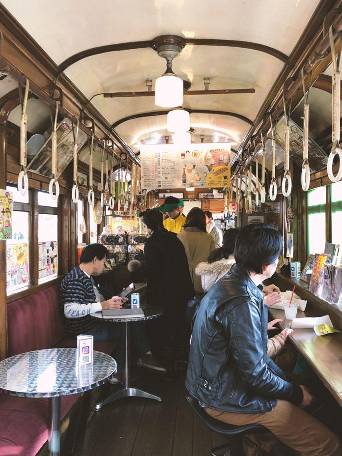 梅小路公園内の市電カフェ