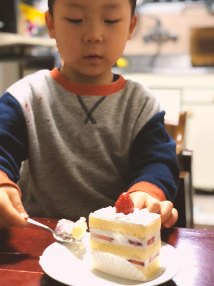 結婚記念日8年目、ケーキを食べる3歳の息子