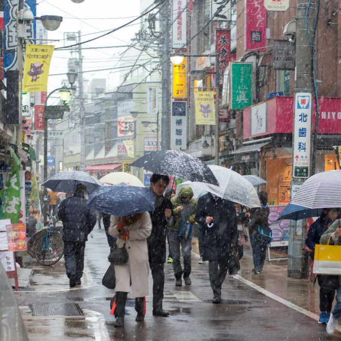 学芸大学駅前で雪が降りはじめた(2018年1月22日 東京23区4年ぶり大雪警報)