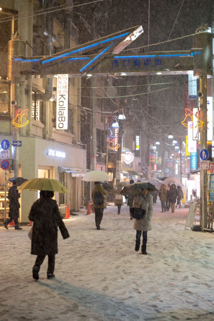 学芸大学駅前に雪が積もっている(2018年1月22日 東京23区4年ぶり大雪警報)