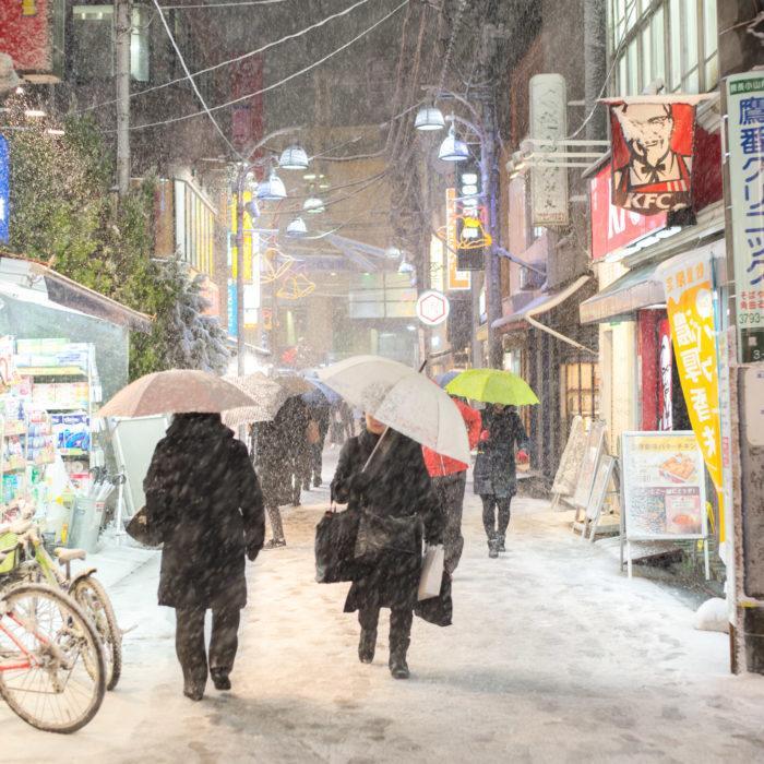 学芸大学駅前商店街に雪が積もっている(2018年1月22日 東京23区4年ぶり大雪警報)